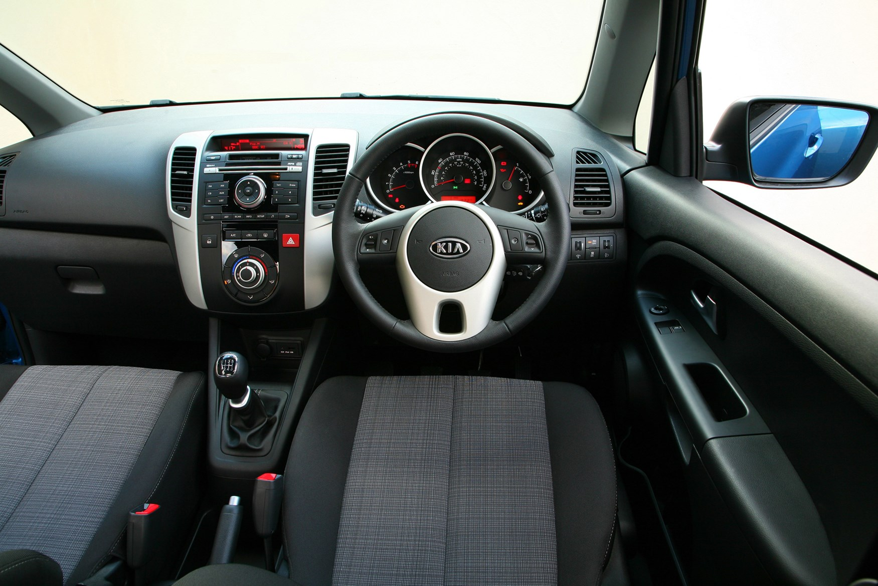 adorable-design-of-the-silver-and-black-steering-added-with-black-dash-as-the-kia-venga-2015-interior-ideas