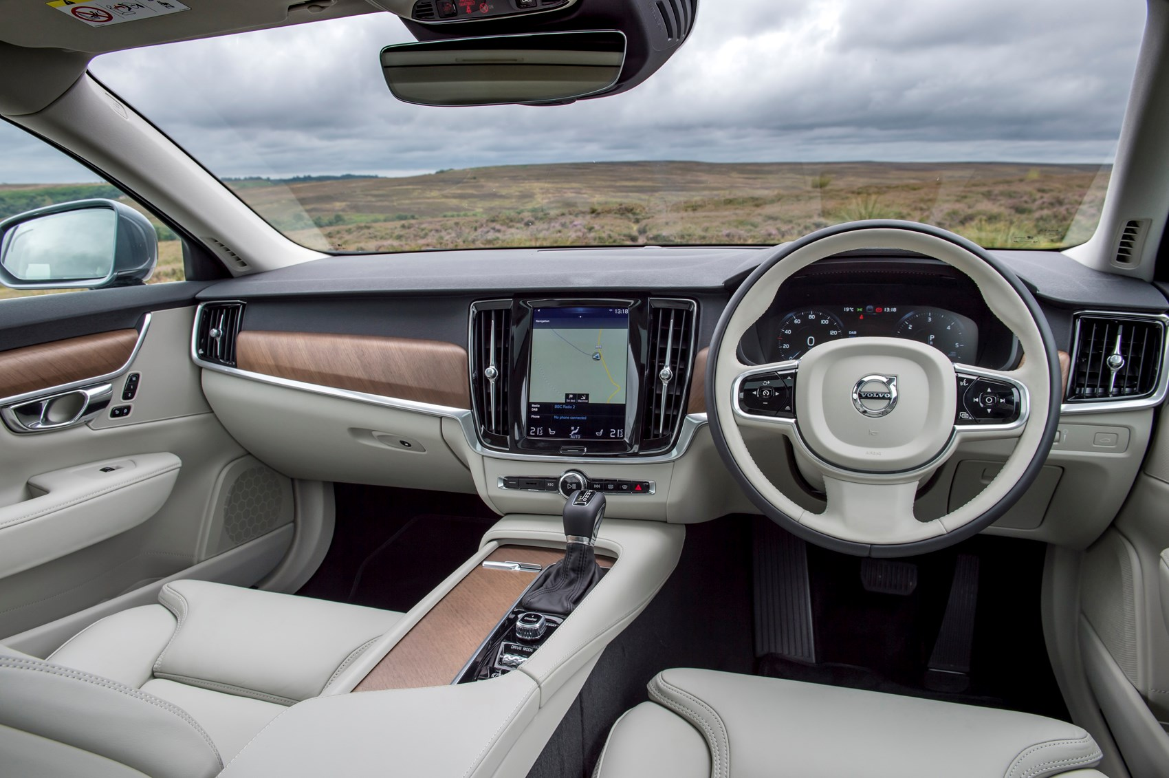 adorable-design-of-the-white-seats-added-with-brown-accent-dash-as-the-volvo-s90-2016-interior-ideas