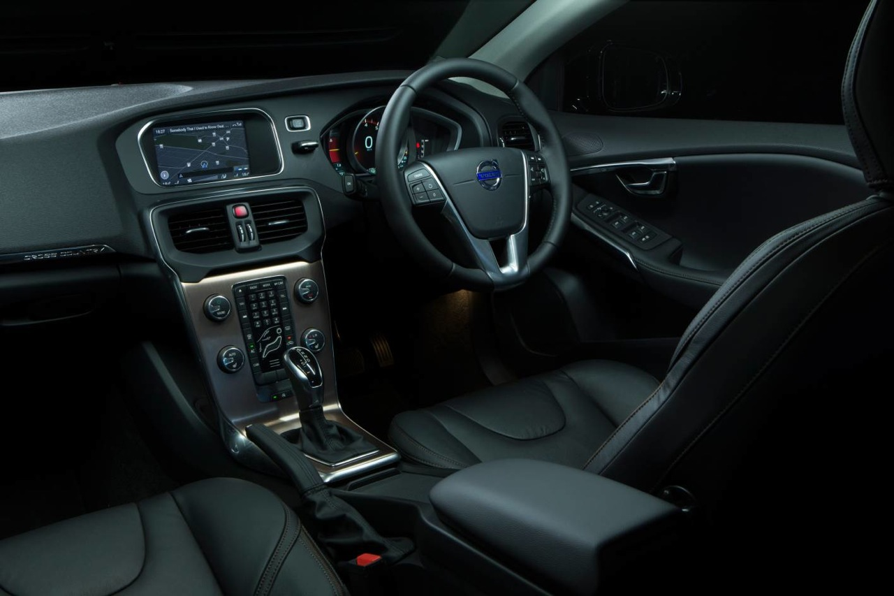 amazing-design-of-the-black-and-silver-accents-steering-wheels-ideas-as-the-volvo-v40-2016-interior-ideas