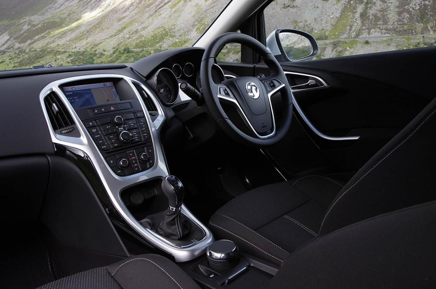 amusing-design-of-the-black-leather-seats-of-the-vauxhall-astra-sports-tourer-2016-interior-added-with-black-steering-wheel