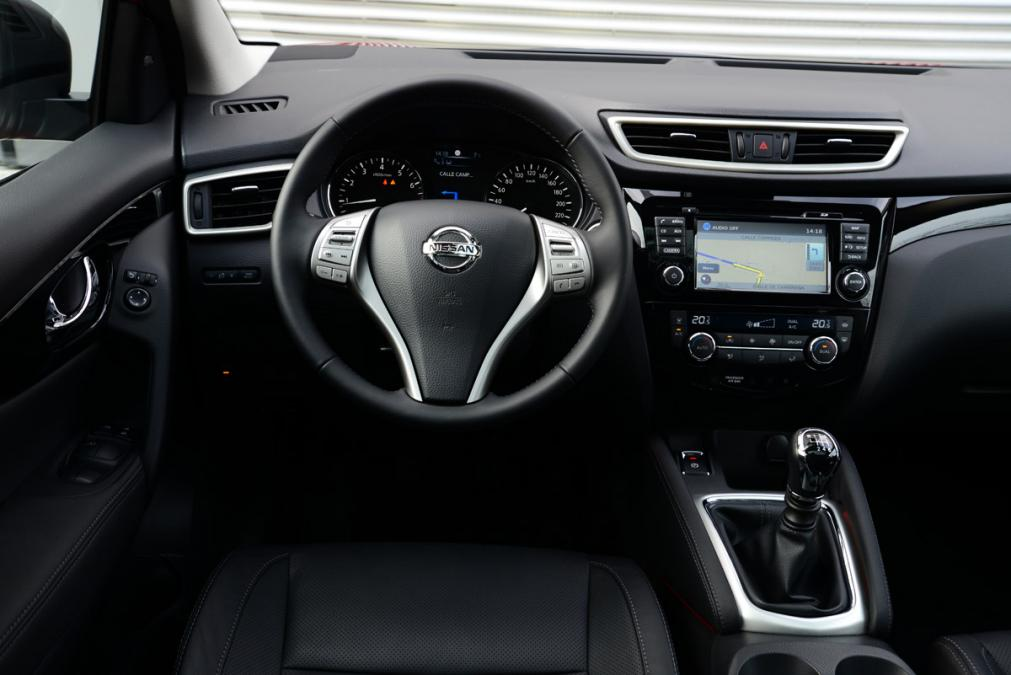 awesome-design-of-the-black-dash-added-with-silver-accent-on-the-steering-wheels-as-the-nissan-qashqai-2014-interior