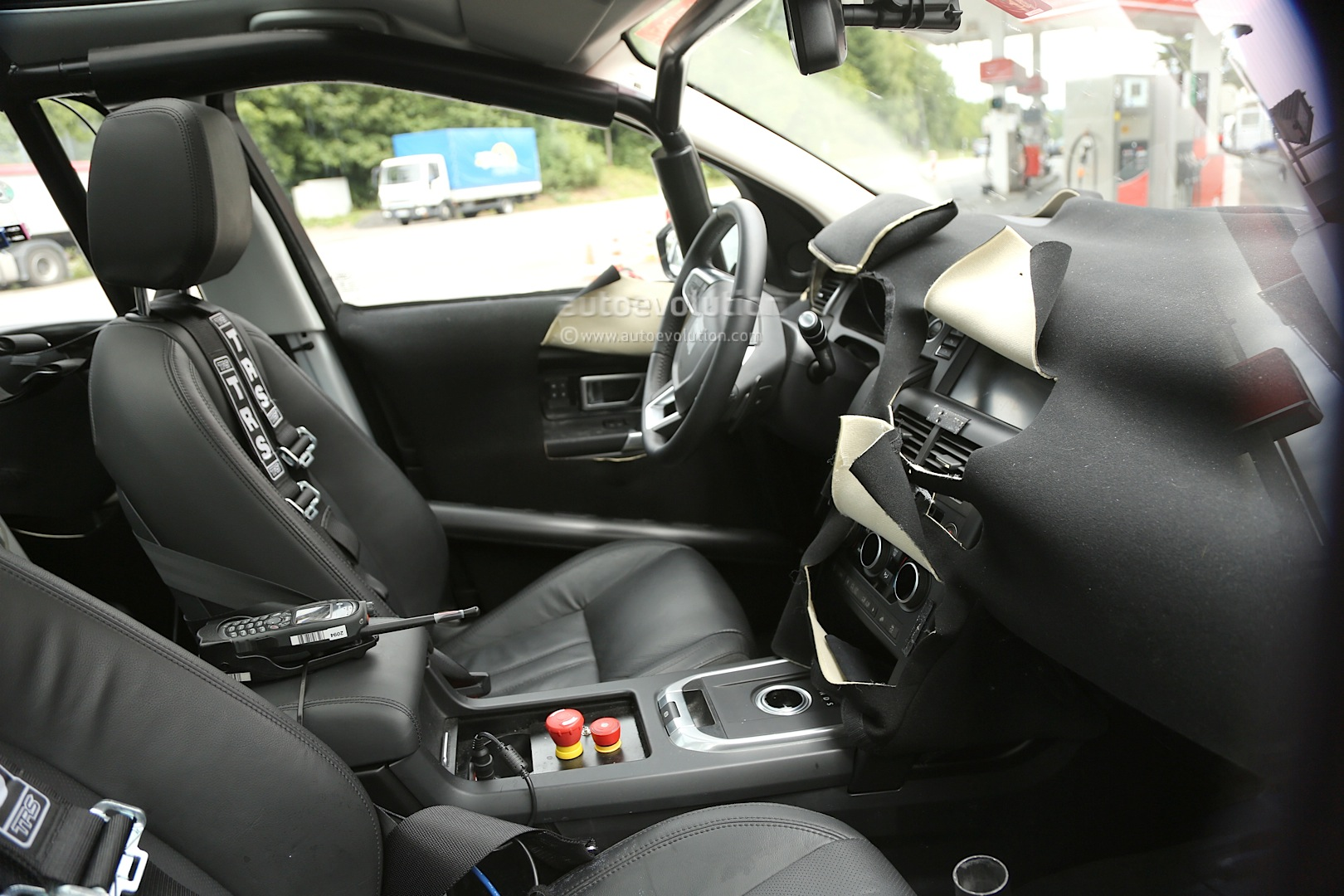fantastic-design-of-the-black-seats-ideas-with-black-dash-ad-black-steering-wheels-as-car-interior-ideas-of-the-land-rover-discovery-sport-2015-interior-ideas