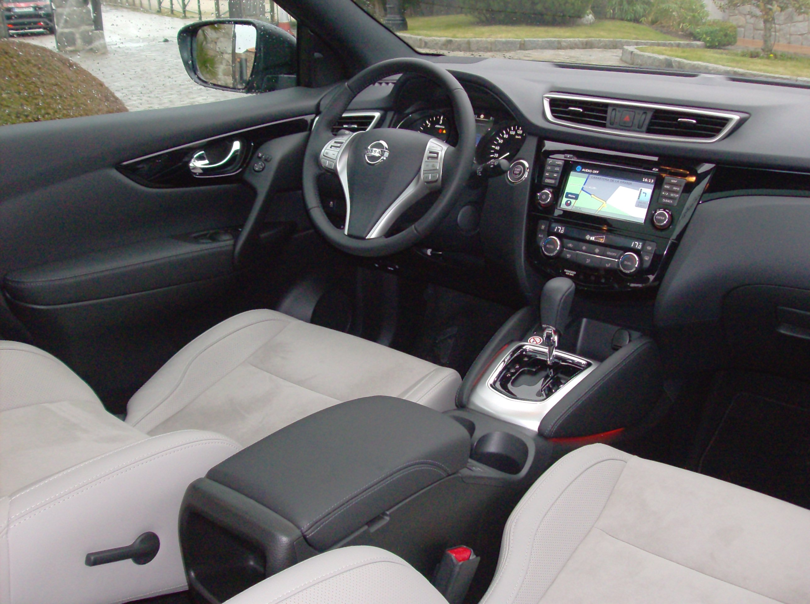 fantastic-design-of-the-grey-seats-ideas-with-black-dash-and-silver-accents-ideas-of-the-nissan-qashqai-2014-interior