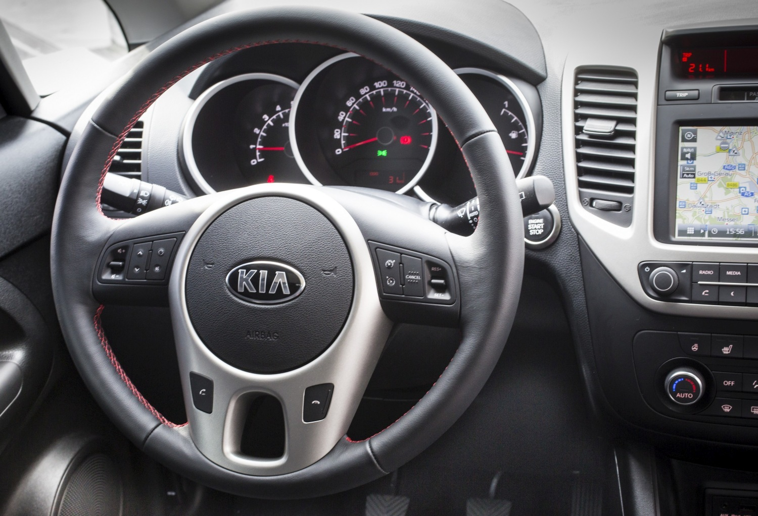 stunning-design-of-the-black-and-silver-accents-steering-ideas-with-black-dash-as-the-kia-venga-2015-interior-ideas
