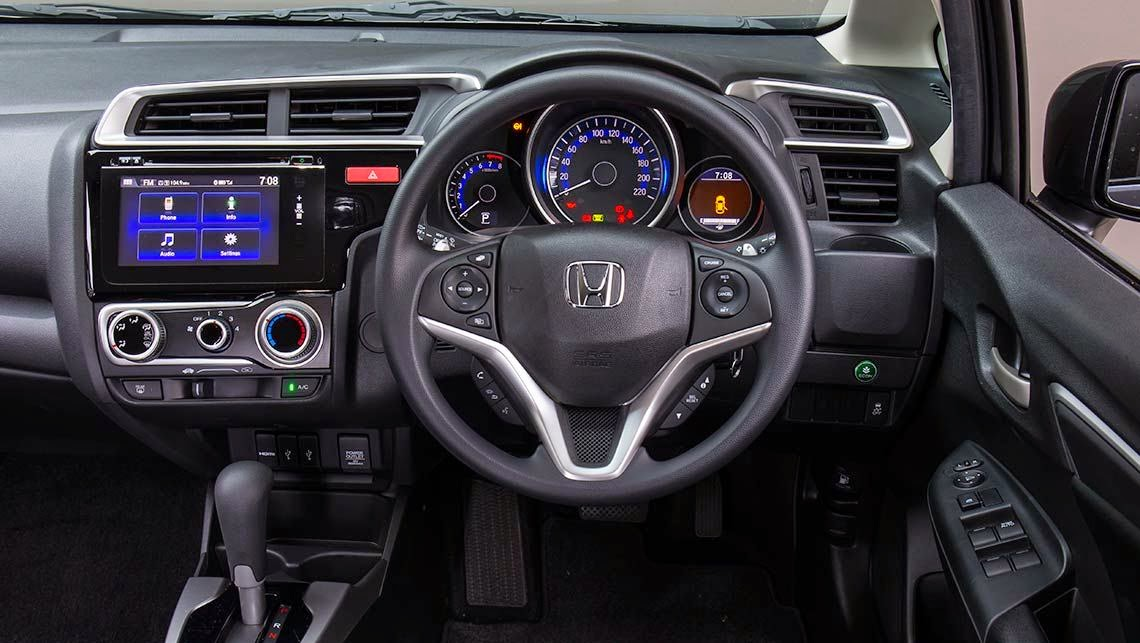 stunning-design-of-the-black-and-sivler-accent-steering-wheels-ideas-with-black-dash-as-the-honda-jazz-2015-interior